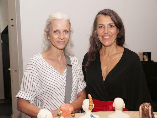 Workshopbesucherin Alexandra Gächter und Künstlerin Tanja Wehinger.