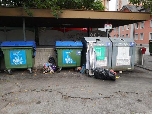 Zum Ärger der Anrainer sammelt sich rund um die Altstoffsammelinsel in der Bludenzer Hermann-Sander-Straße Woche für Woche illegal deponierter Müll. Heim