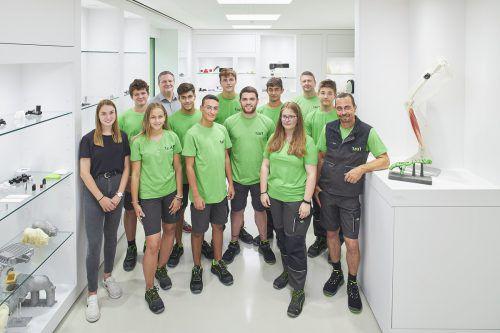 1zu1Neun Jugendliche - drei Mädchen und sechs Burschen - haben beimVorarlberger Hightech-Unternehmen ihre berufliche Laufbahn begonnen: Drei angehende Zerspanungstechniker, fünf Kunststofftechniker und eine Bürokauffrau.