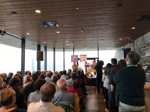 200 Zuschauer hörten den Journalisten Christian Seiler und Armin Wolf zu. Letzterer erzählte ausschweifend über seine beruflichen und privaten Erfahrungen. Mw