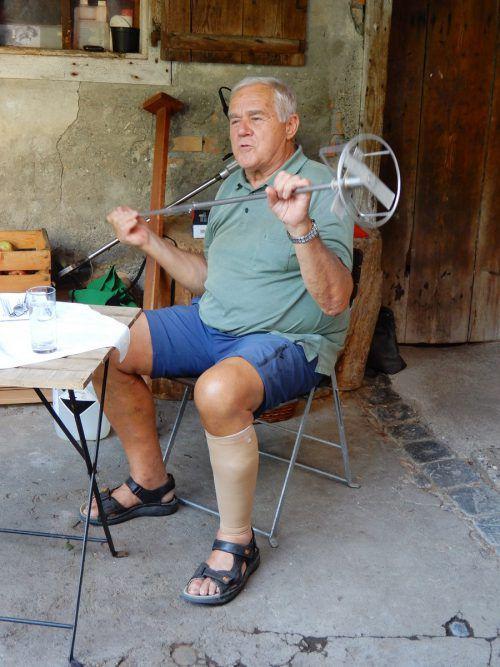 Albert Loacker demonstrierte, wie die verschiedenen Geräte verwendet werden.