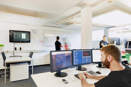 In Egg arbeiten fast hundert Mitarbeiter an der ständigen Weiterentwicklung der weltweit verwendeten Steuerungssoftware. FA