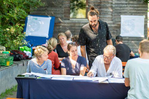 An die 40 Menschen bildeten das Manifest-Kollektiv.AK