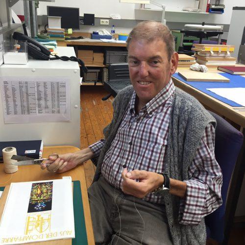Andreas Eberle an seinem Arbeitsplatz in der Landesbibliothek. VN/kum