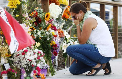 Angehörige gedenken der 34 Opfer, die sich an Bord des Bootes befanden. AFP