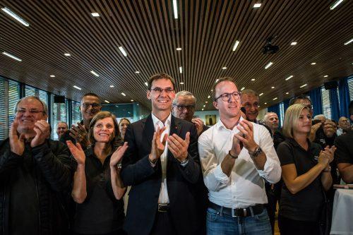 Applaus für das eigene Ergebnis: Bei der VP Vorarlberg gab es im Dornbirner Martinspark bei Bekanntwerden des Wahlausgangs strahlende Gesichter.