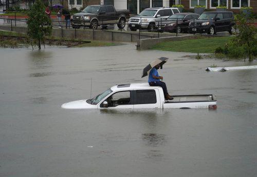 Autos stehen fast bis zum Dach unter Wasser. ap