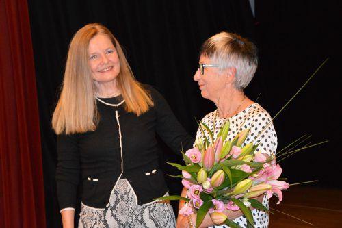 Barbara Hofer dankte der Obfrau Edith Bösch mit einem Blumenstrauß.