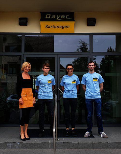 Bayer Kartonagen Lehrlingsbeauftragte Ulrike Bayer begrüßt die Lehrlinge Mert Keskin (Drucktechnik), Larissa Mäser (Verpackungstechnik) und Christoph Sinz (IT-Systemtechnik).