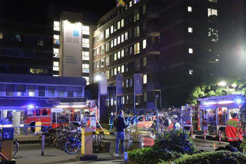 Bei dem Brand ist ein Mensch ums Leben gekommen, Dutzende wurden verletzt. APA