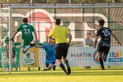 Benjamin Kaufmann nützte den Abpraller von Lauterach-Goalie Lukas Kusche zum 1:0-Führungstreffer für den Dornbirner SV.VN/Stiplovsek