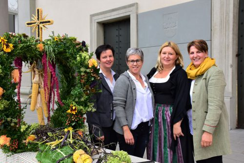 Birgit Fink, Cornelia Rhomberg, Violetta Giselbrecht und Michaela Stadelmann neben des festlichen Erntedankkrone. BLAN