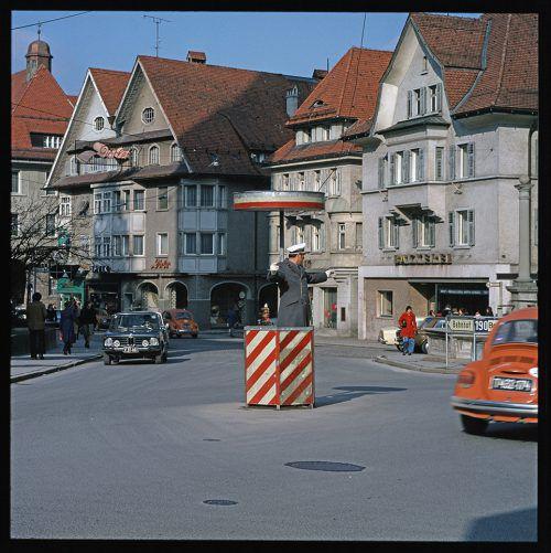 Bis zur Umwandlung in eine Fußgängerzone 1989 regelte ein Polizist den Verkehr am Dornbirner Marktplatz. Er war ein echtes Unikum und viele Vorarlberger kamen extra nach Dornbirn um ihn in Aktion zu sehen.
