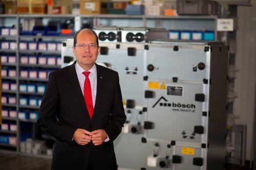 """Bösch-Geschäftsführer Robert Janschek: """"Wegen der Vorgaben im Bereich Klimaschutz werden diese Geräte laufend größer und schwerer."""" VN/Paultisch"""