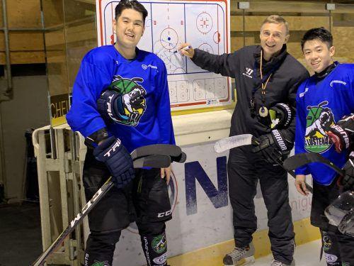 Brandon W. K. Tan und Bryan Lim lassen sich von Lustenau-Trainer Christian Weber schulen.ko