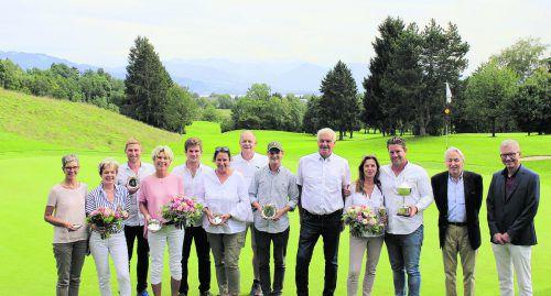 Club-Präsident Werner Karg überreichte den glücklichen Siegern ihre Preise.GC Lindau