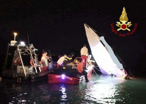 Das Boot ist in der Nähe des Lido gegen einen Damm gerast. AP