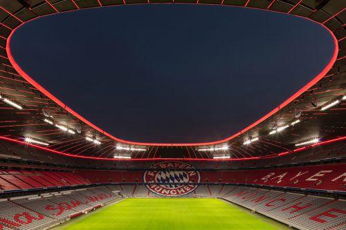 Das satte Rot des FC Bayern München erstrahlt nun auch im inneren Dachring der Allianz Arena. Zumtobel integrierte dabei eine fußballspezifische Effektbeleuchtung.Faruk Pinjo