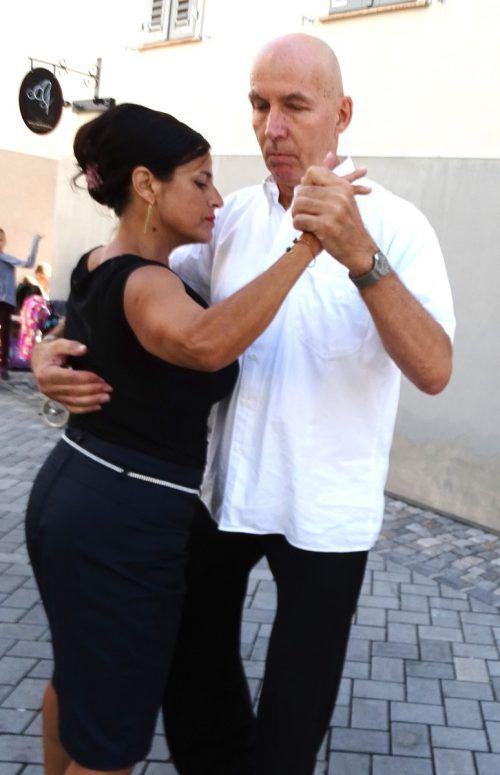 Das Tango-Duo Xenia und Walter gabProben seines Könnens.