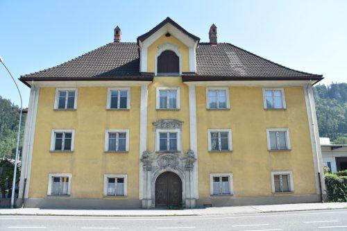 Das Wohlwendhaus, in dem Bernhard Galura seinen Wohn- und Amtssitz hatte, verfügt über zahlreiche Stuckdecken, die in diversen Kunstführern zu finden sind. Schuler