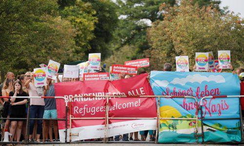 Demonstranten protestieren in Werder (Brandenburg) gegen die AfD. reuters