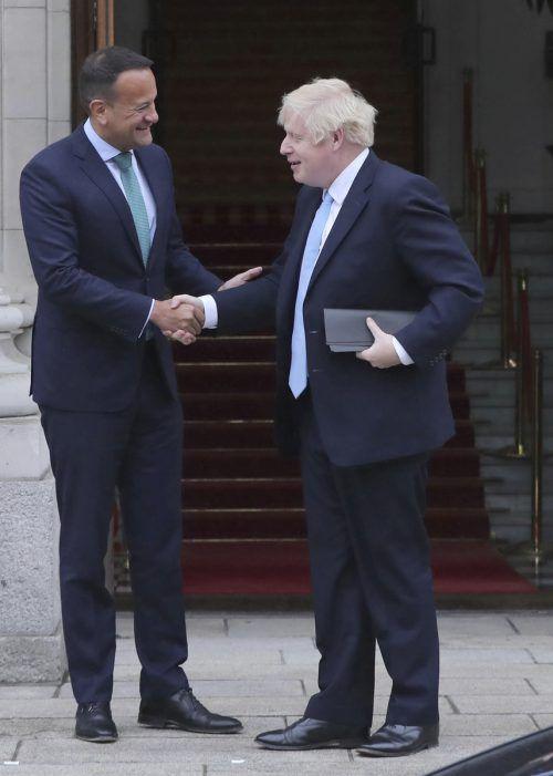 Der britische Premierminister Boris Johnson (r.) reiste zu seinem irischen Amtskollegen Leo Varadkar nach Dublin. AP