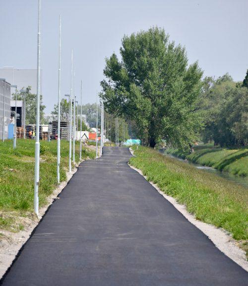 Der Deckbelag auf dem Radweg entlang des Lustenauer Kanals ist aufgebracht. ajk