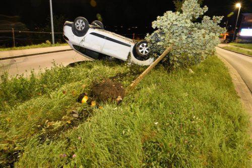 Der Pkw überschlug sich beim Aufprall auf der Verkehrsinsel. polizei