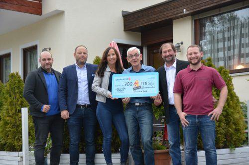Der Scheck über 700 Euro wurde an Quadro Ernst von Netz für Kinder übergeben.