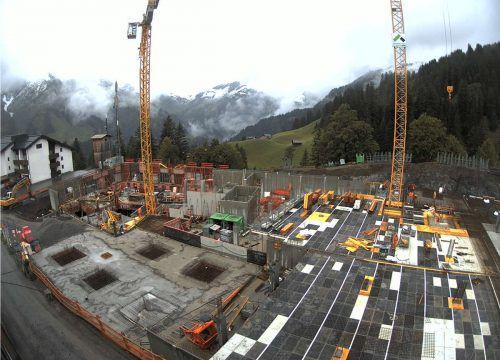 Die Arbeiten am großen Apartment- und Hotelprojekt in Schröcken-Nesslegg machen Fortschritte. Die Bodendecke soll noch in diesem Jahr fertig werden.