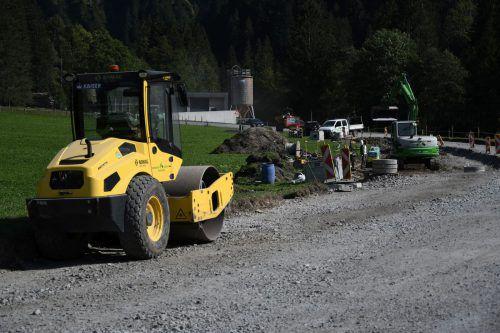 Die Baumaßnahmen an der L 200 umfassen eine neue Beleuchtung sowie einen neuen und verlängerten Gehsteig.mam