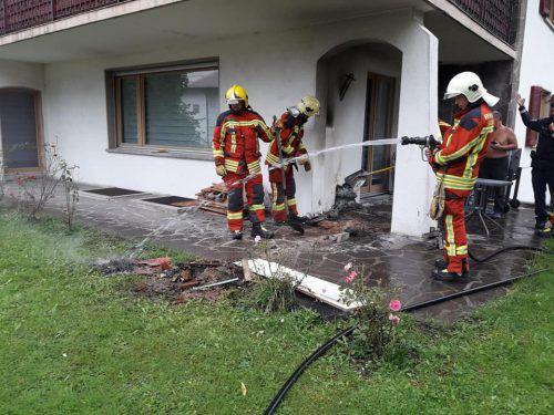 Die Feuerwehr konnte ein Übergreifen der Flammen auf das Haus verhindern. FW