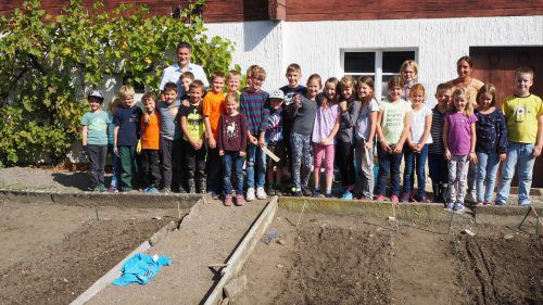 Die Fraxner Volksschüler haben jetzt einen eigenen Garten. Vor Kurzem erfolgte die Aussaat mit Pflanzen, die im Herbst noch wachsen. egle