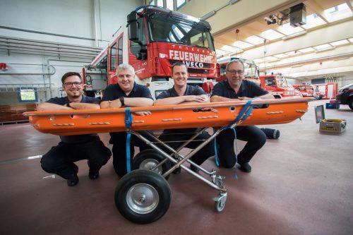 Die LVF-Ausbilder Joachim Zoderer, Arthur Berbig, Thomas Brugger und Fuhrparkleiter Michael Franz mit der Schleifkorbtrage (von links).