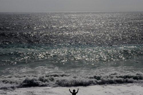 Die normalen Wellen entstehen durch den Wind, der über das Wasser der Ozeane weht.AFP
