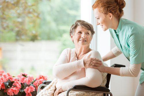 Die Pflege hilfsbedürftiger Menschen ist eine herausfordernde und erfüllende Aufgabe. Shutterstock