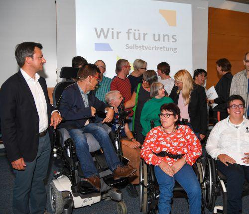 Die Politiker, die Selbstvertreter und rund 100 Gäste sprachen zwei Stunden lang über Landespolitik und vor allem Barrierefreiheit. VN/Lerch