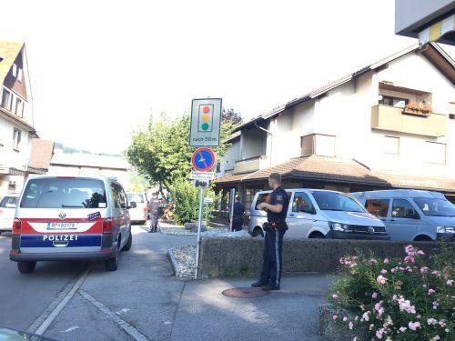 Die Polizei vor dem Tatort in Lustenau Rheindorf kurz nach dem Raubüberfall am vergangenen Freitagvormittag. vol.at/Meyer