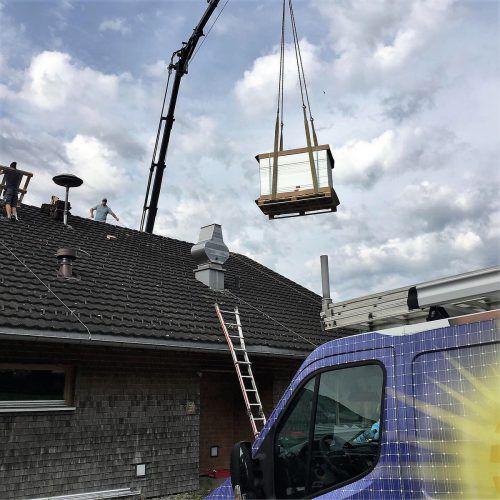 Die Solarmodule wurden auf die Sonnenterrasse gehievt und in Stellung gebracht. CEG