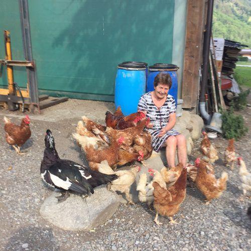 Die tierliebe Maria Zick inmitten ihrer Hühnerschar. VN/kum