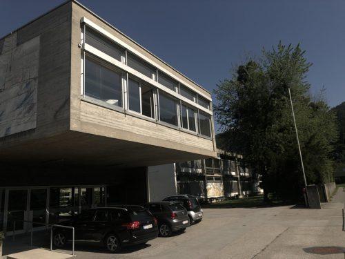 Die Volksschule Altenstadt ist bautechnisch und energetisch in die Jahre gekommen. Der Schulneubau ist nach aktuellem Stand auf Herbst 2021 angesetzt.VN/Schweigkofler