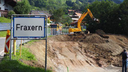 Direkt bei der Ortseinfahrt von Fraxern sind die Bagger aufgefahren, hier werden 20 gemeinnützige Wohnungen errichtet. egle (2