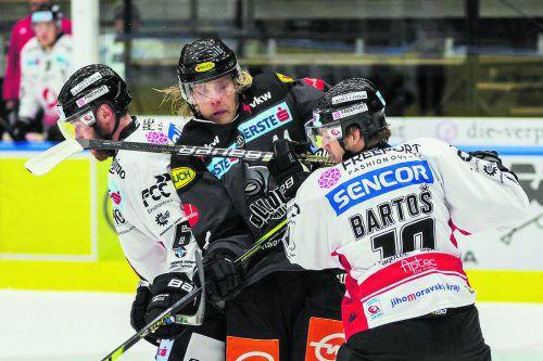 Dornbirn-Stürmer Olov Liss wird von den Znojmo-Spielern Kevin Tansey und David Bartos in die Zange genommen.stiplovsek