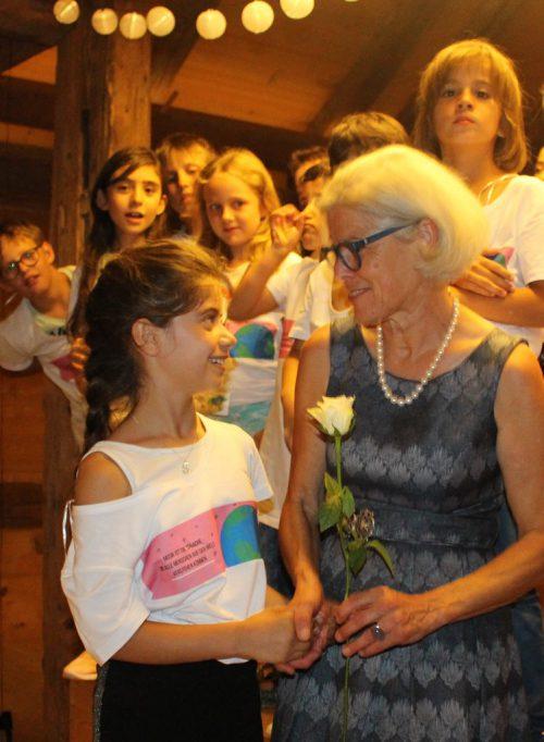 Eine Rose – symbolischer Dank an Bürgermeisterin Schwarzmann.