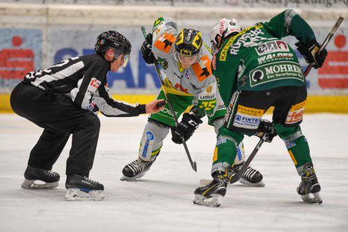 Einwurf zu einem neuen Derby: Leon Rüdisser gegen Max Wilfan. Lerch