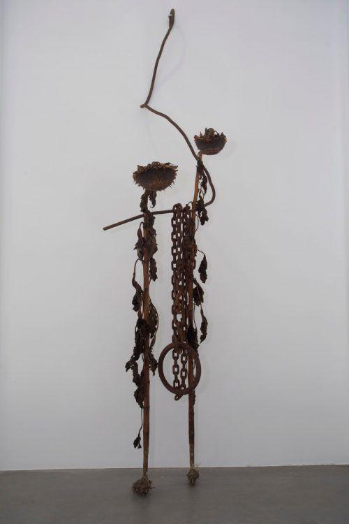Erstmals präsentiert der Künstler auch Objekte. Im Bildraum werden aus Fundstücken Kunstwerke zum Thema Achtsamkeit gezeigt.