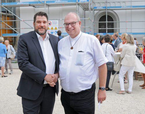 Pfarrer Hubert Lenz wird von Bürgermeister Harald Köhlmeier verabschiedet.
