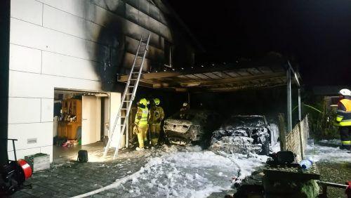 Durch das Feuer wurden zwei abgestellte Pkw völlig zerstört, auch am Wohnhaus entstand hoher Schaden. feuerwehr altach