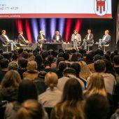 Vorarlbergs Spitzenpolitiker stellten sich in Feldkirch 1200 Schülern aus dem Land. A8