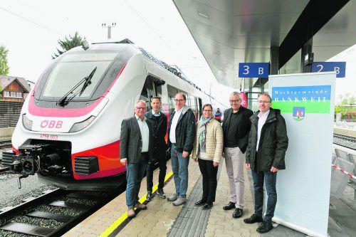 Freude über gelungenes Projekt: GR Christoph Metzler, Marcus Ender (ÖBB), Johannes Rauch, Bgm. Katharina Wöß-Krall, Karlheinz Rüdisser und Harald Schreyer (ÖBB).
